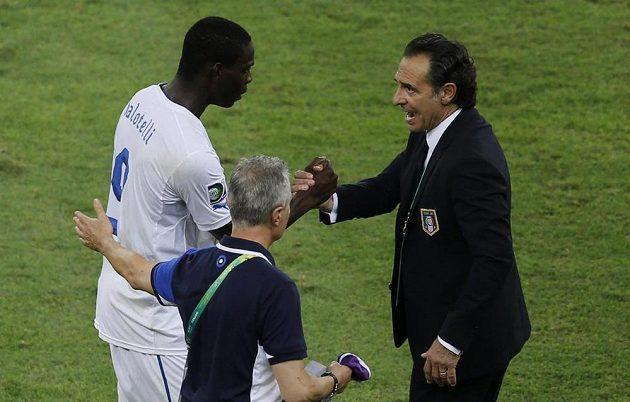 Díky za gól, ale co ta karta!? Italský kouč Cesare Prandelli (vpravo) se po zápase s Mexikem zdraví s Mariem Balotellim.