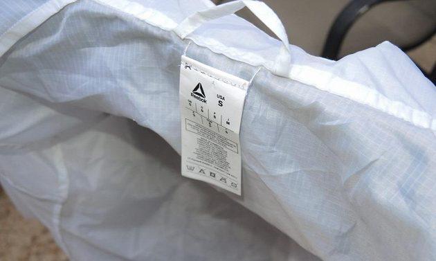 Běžecká větrovka Reebok Run Hero Jacket - detail povinných lístečků.