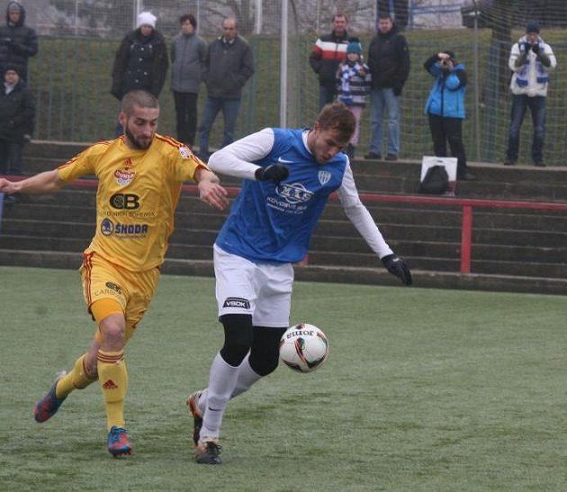 Pro záložníka Dukly Petra Malého (vlevo) začal zápas s Táborskem úplně normálně.