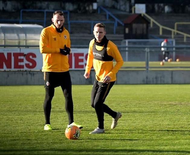 Bořek Dočkal (vpravo) během aktuální zimní přípravy trénuje s míčem pod dohledem Libora Kozáka.