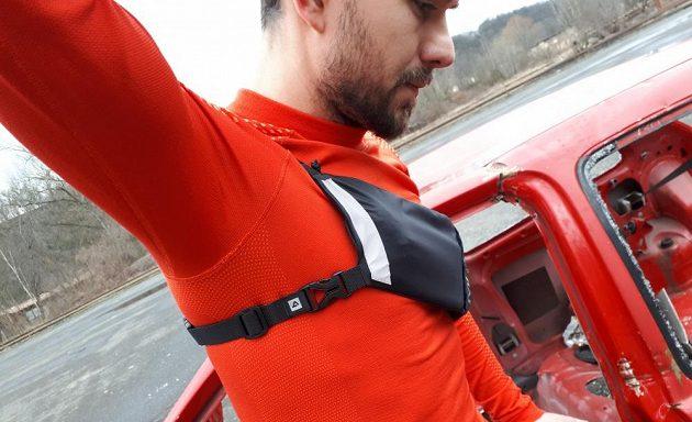 Běžecké pouzdro Binder Jogger od Mask Gear: Jeden pásek vede přes rameno, druhý v podpaží.