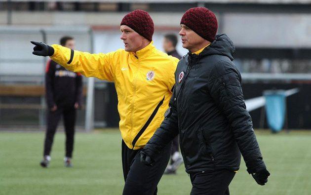 Kouč Vítězslav Lavička (vpředu) a kondiční trenér Tomáš Malý se přesouvají na další stanoviště.
