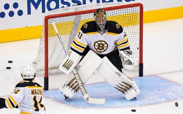 Brankář Bostonu Bruins Jaroslav Halák (41) před zápasem s Carolinou.