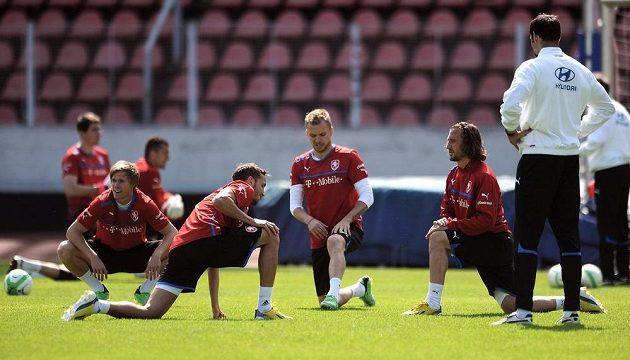 Zleva Tomáš Kalas, Tomáš Sivok, Michal Kadlec a Petr Jiráček během prvního tréninku před kvalifikačním zápasem s Itálií.