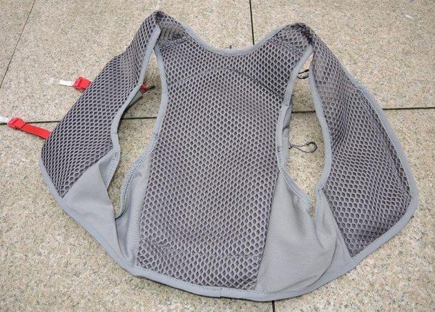 Běžecká vesta/batoh Osprey Duro 6 - na prodyšnost je kladen velký důraz.