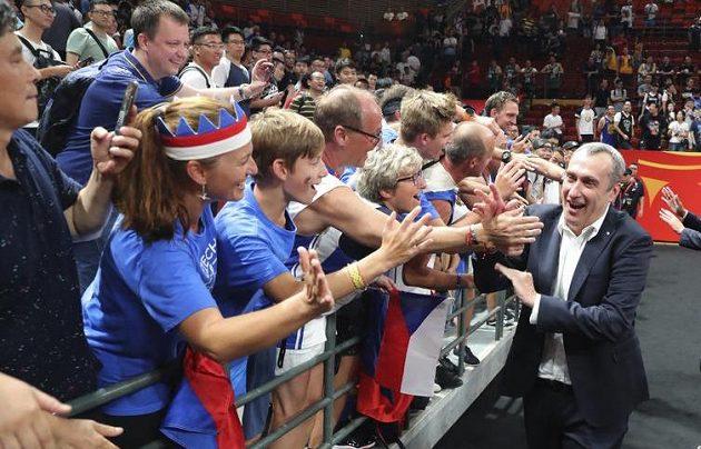 Trenér českých basketbalistů Ronen Ginzburg s fanoušky po utkání mistrovství světa.
