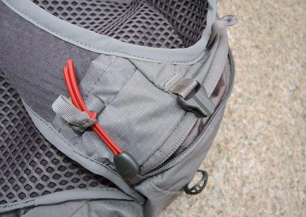 Běžecká vesta/batoh Osprey Duro 6 - detail poutka na hole.