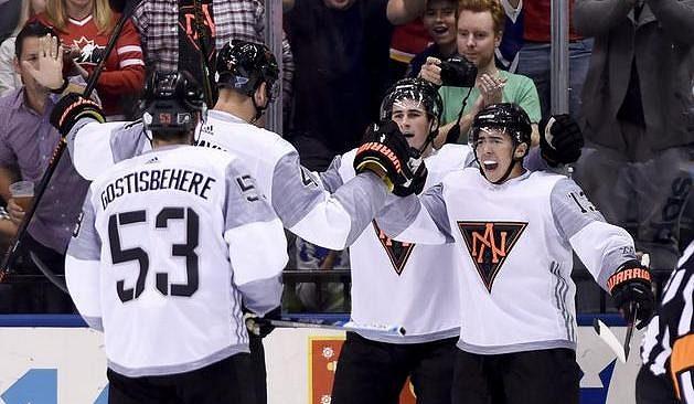 Johnny Gaudreau (13) slaví se spoluhráči z Výběru Severní Ameriky gól proti Finům.