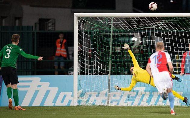 Roman Květ z Příbrami a jeho neproměněná penalta během utkání se Slavií.