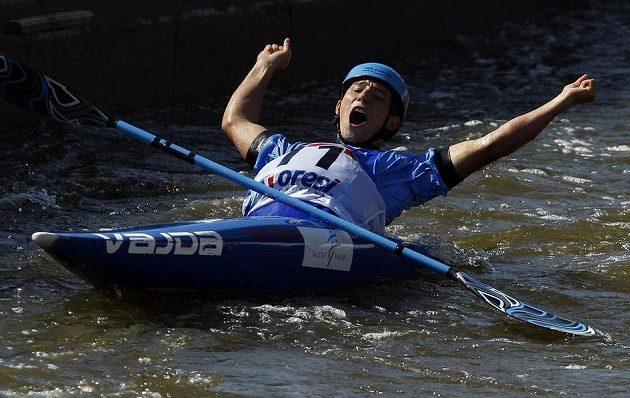 Jiří Prskavec se po finálové jízdě v kategorii K1 na mistrovství světa ve vodním slalomu v pražské Troji, raduje se z druhého místa.