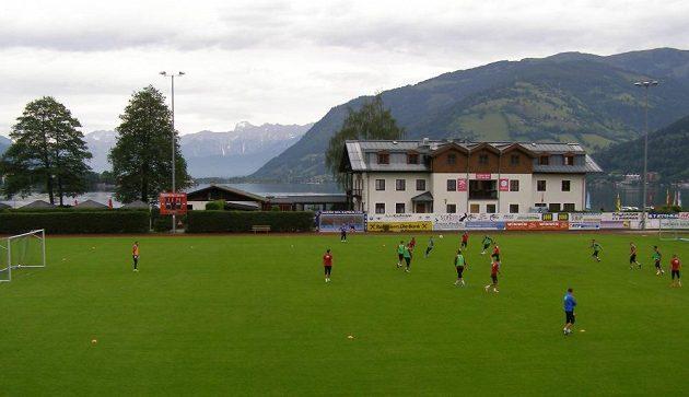 Česká fotbalová reprezentace do jednadvaceti let trénuje v Zell am See takřka na břehu jezera.
