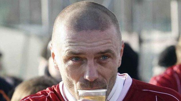 Tomáš Řepka pije čaj během silvestrovského derby se Slavií.