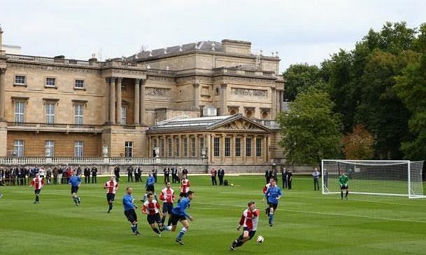 Fotbalisté klubu Civil Service FC v historicky prvním utkání na zahradě Buckinghamského paláce.