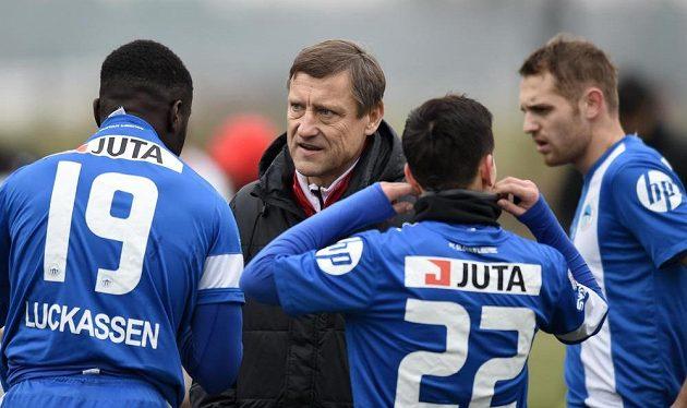 Trenér Slovanu Liberec Jiří Kotrba (druhý zleva) během přípravného utkání s Trenčínem.