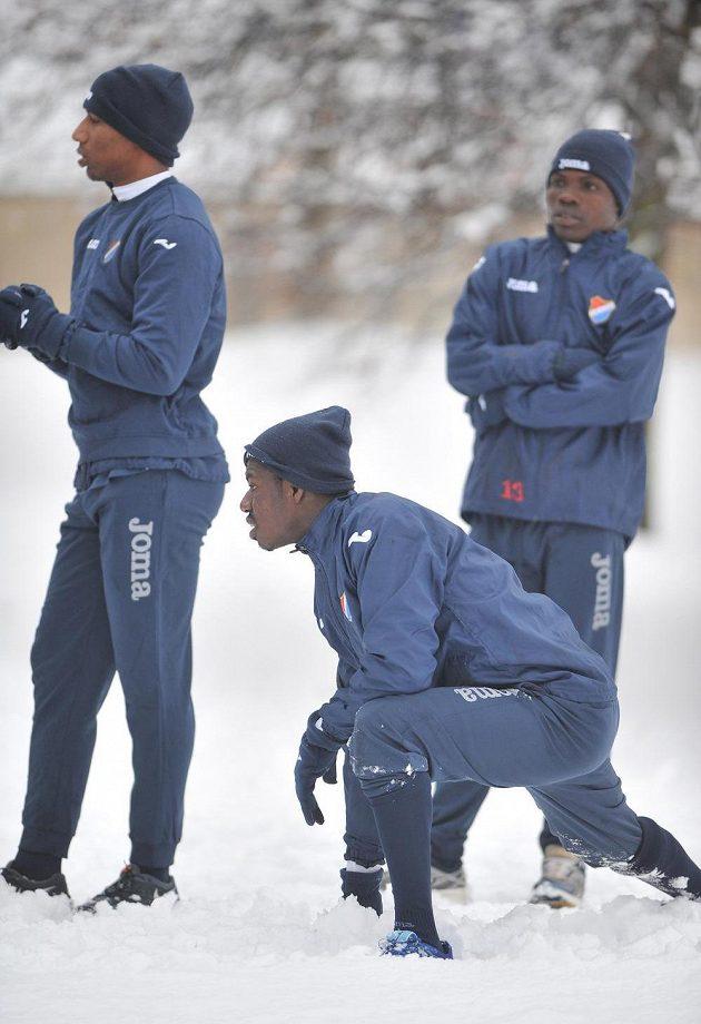Zimu a sníh musejí exotičtí hráči Baníku přečkat... Zleva Victor Zapata, Derrick Mensah a Francis Narh.
