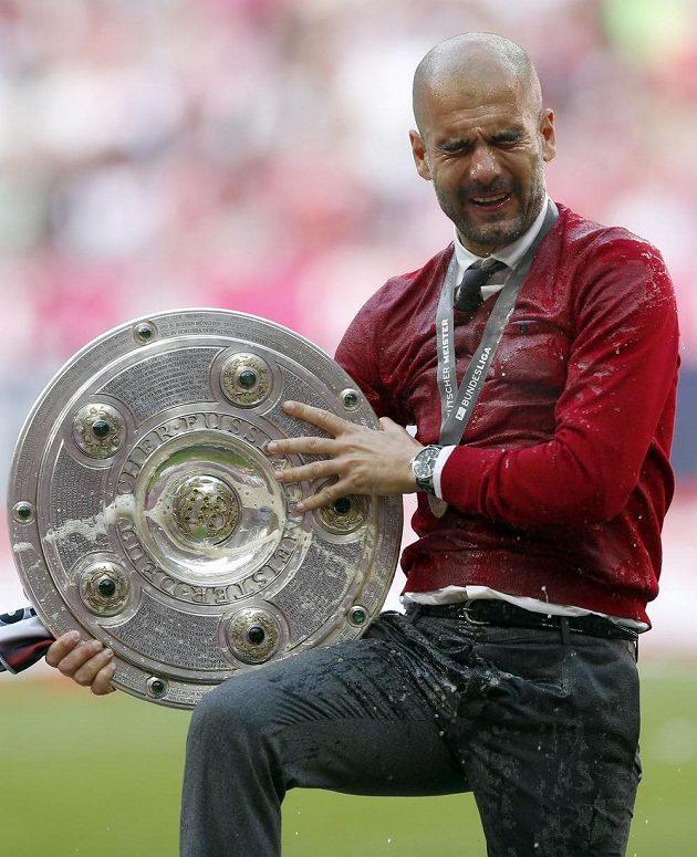 Zlitý a šťastný - Pep Guardiola s talířem pro mistra bundesligy.