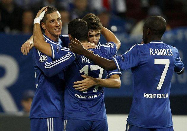 Hrdina Chelsea Fernando Torres (vlevo) slaví se spoluhráči jeden ze svých dvou gólů proti Schalke.