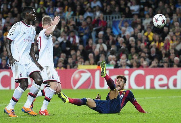 Marně dával Abate z AC Milán ruce nahoru, Neymarův teatrální pád zabral a Barcelona získala penaltu, kterou Messi proměnil...