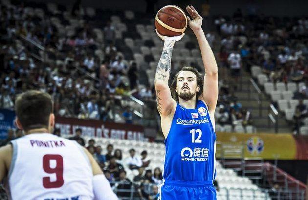 Český basketbalista Ondřej Balvín střílí na koš během utkání s Polskem na mistrovství světa.