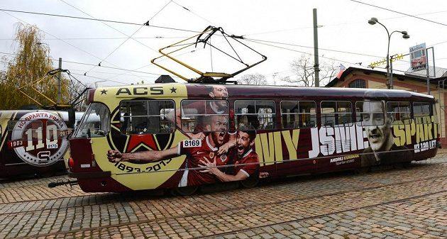 Tramvaj v barvách AC Sparta Praha v rámci 120. výročí od vzniku klubu.