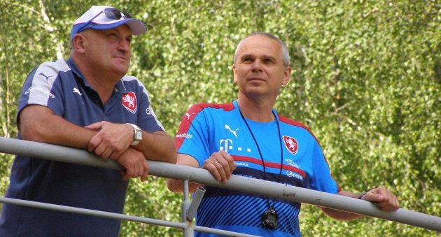 Trenér Vítězslav Lavička a manažer české fotbalové reprezentace do 21 let Jaromír Šetrle.