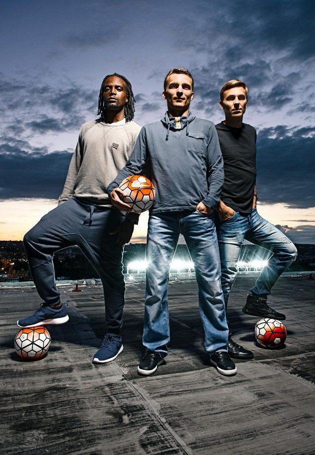 Zleva Costa, David Lafata a Bořek Dočkal na střeše letenského stadiónu.