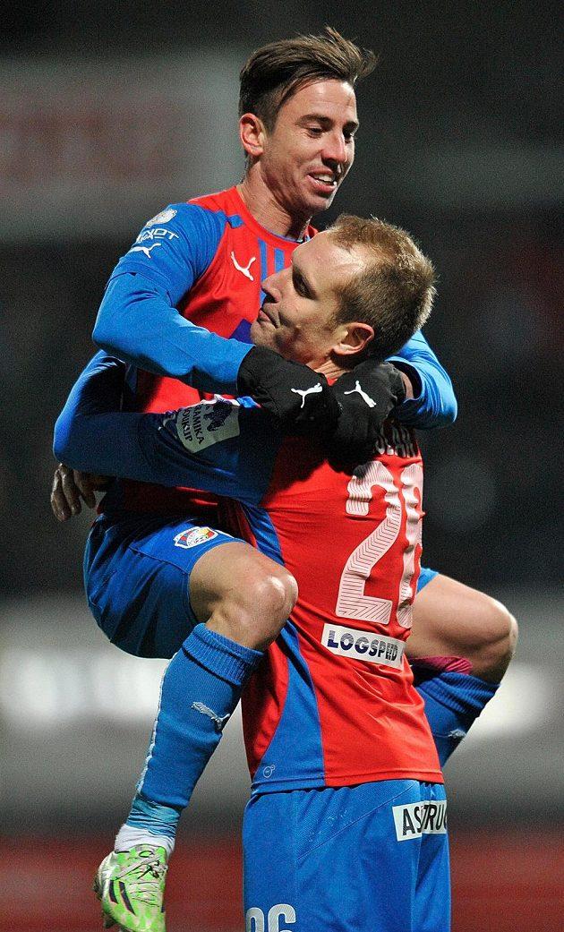 Hráči Plzně (zleva) Milan Petržela a Daniel Kolář se radují z prvního gólu.