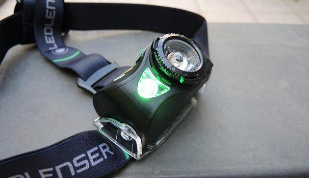 Čtyřbarevná čelovka Ledlenser MH8 ‒ s aktivním zeleným světlem.