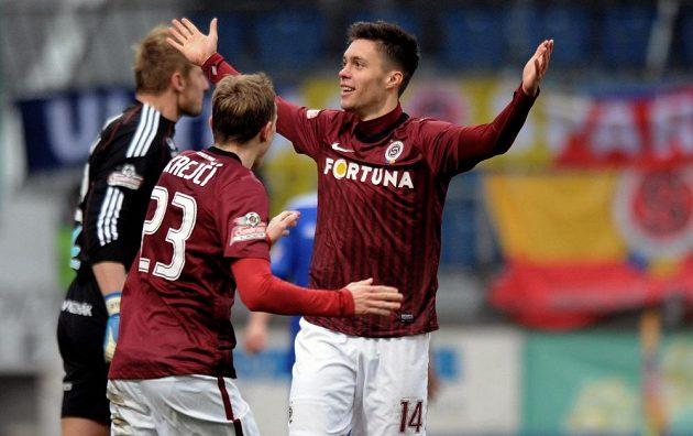 Václav Kadlec (uprostřed) a Ladislav Krejčí oslavují druhý gól v Olomouci.