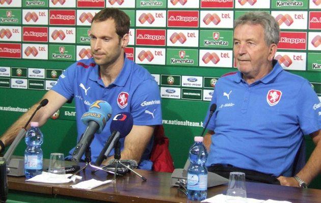 Kapitán Petr Čech (vlevo) a trenér Josef Pešice během tiskové konference v Sofii.