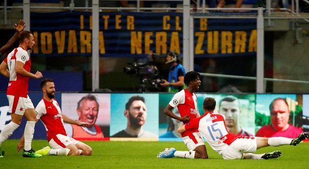 Fotbalová Slavia v euforii poté, co se v utkání Ligy mistrů trefil do sítě Interu Milán Peter Olayinka.