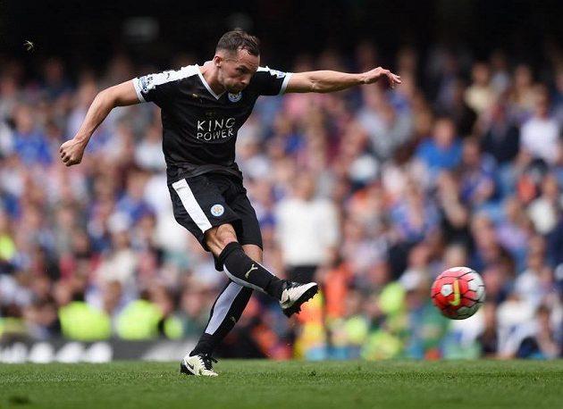 Danny Drinkwater střílí gól na Stamford Bridge.
