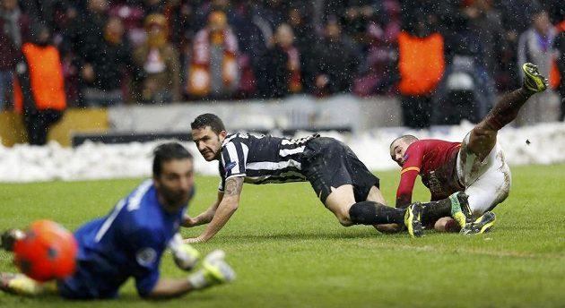 Jediný gól zápasu obstaral touto střelou záložník Galatasaraye Wesley Sneijder (vpravo). Míči už v cestě do sítě nezabránili ani stoper Juventusu Leonardo Bonucci a brankář Gianluigi Buffon.