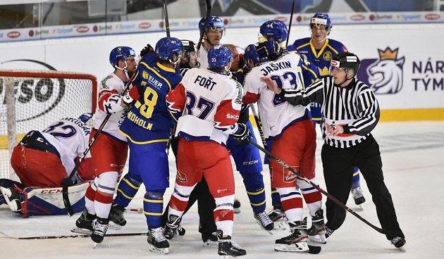 Utkání hokejového turnaje Carlson Hockey Games série Euro Hockey Tour mezi Českem a Švédska. Už došlo i na výměnu názorů.
