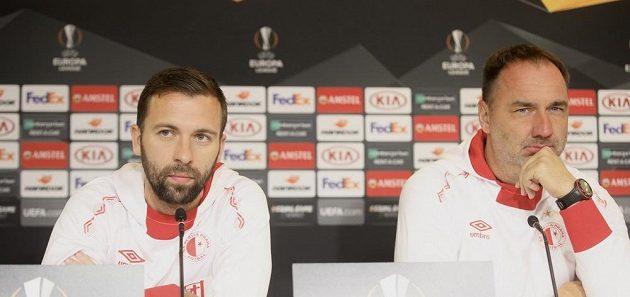 Záložník Josef Hušbauer a trenér Jindřich Trpišovský před tréninkem v Kodani.