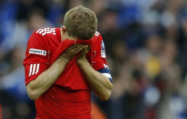 Zklamání. Liverpoolský kapitán Steven Gerrard má hlavu v dlaních...