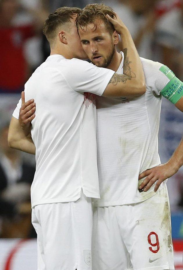Zklamaný až zdrcený útočník Anglie Harry Kane po porážce v semifinále MS. Utěšuje ho stoper John Stones.