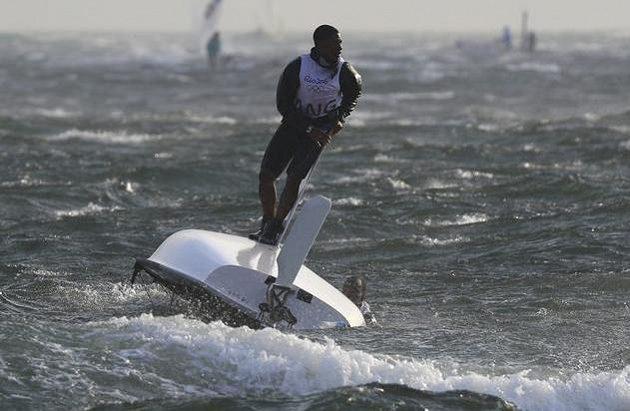 Tak se mi zdá, že ta loď jede nějak divně, ne? Angolští jachtaři Matias Montinho a Paixao Afonso se ve větru dostali do nezáviděníhodné situace.