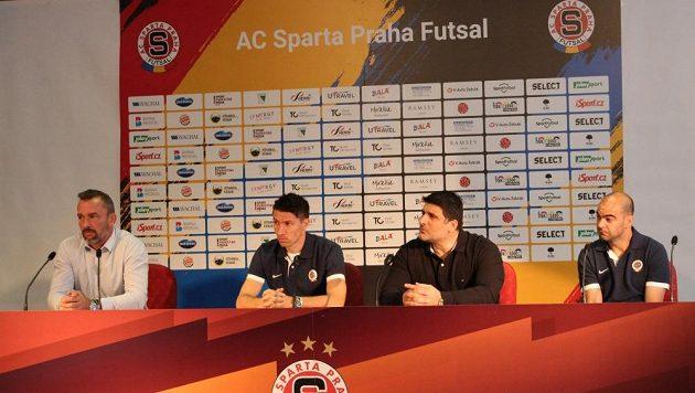 Futsalová Sparta má na startu nové sezóny nejvyšší ambice. Jaromír Blažek, marketingový ředitel (zleva), kapitán Michal Belej, trenér Beni Simitči a brazilská hvězda Wilde Gomes da Silva.