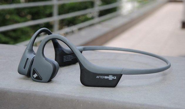 Bezdrátová sportovní sluchátka Aftershokz Trekz Air - na levém sluchátku najdete multifunkční tlačítko.