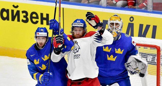 Zleva Marcus Pettersson ze Švédska, Jakub Voráček a brankář Švédska Henrik Lundqvist.