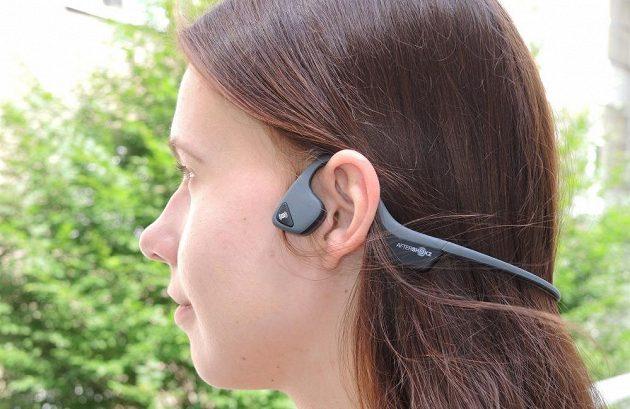 Bezdrátová sportovní sluchátka Aftershokz Trekz Air - ženy mohou využít i ke krocení svých vlasů.