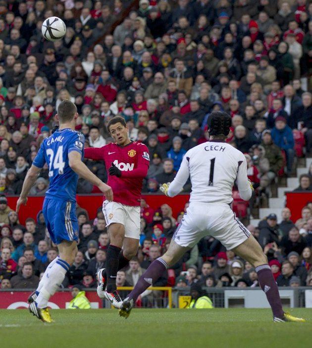 Javier Hernandez (uprostřed) překonává Petra Čecha - 1:0 pro Manchester United.