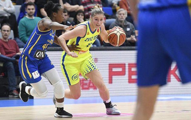 Basketbalistka Emmanuella Mayombová z Braine (vlevo) a Karolína Elhotová z USK Praha v akci během utkání Evropské ligy.