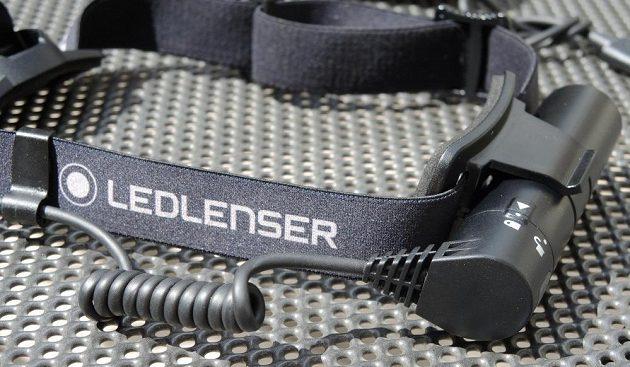 Čelovka Ledlenser MH10: detail bateriového pouzdra s kabelem.