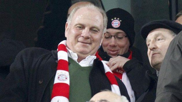 Prezident Bayernu Uli Hoeness (vlevo) sleduje utkání svého klubu v Basileji.