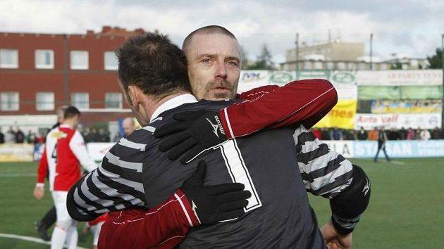 Tomáš Řepka ve sparťanském dresu (dále) se objímá s brankářem Jaromírem Blažkem v Silvestrovském derby.
