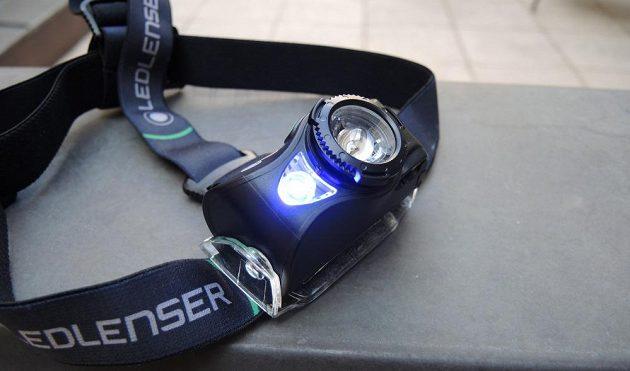 Čtyřbarevná čelovka Ledlenser MH8 ‒ s aktivním modrým světlem.