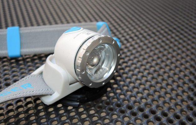 Běžecká čelovka Ledlenser Neo 10R - detail výklopného reflektoru s ostřením.