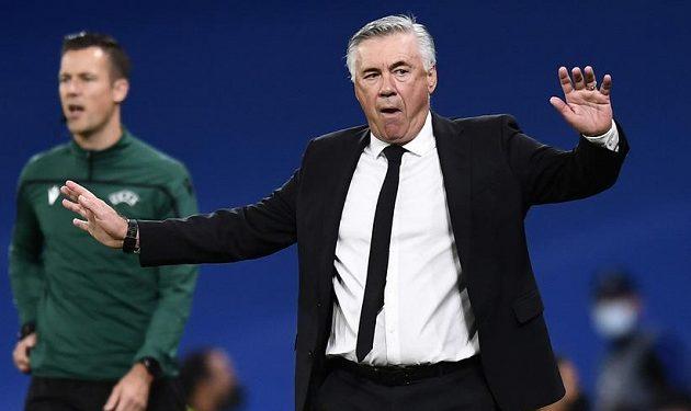 Trenér Realu Madrid Carlo Ancelotti a jeho reakce během duelu Ligy mistrů s Tiraspolem.